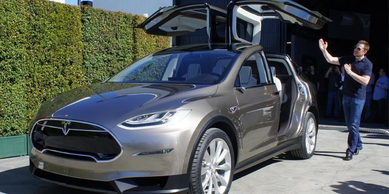 Bos Tesla, Elon Musk, sedang memperkenalkan SUV terbaru, Model X.