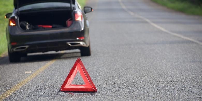 Pasang segitiga pengaman saat berhenti di bahu jalan