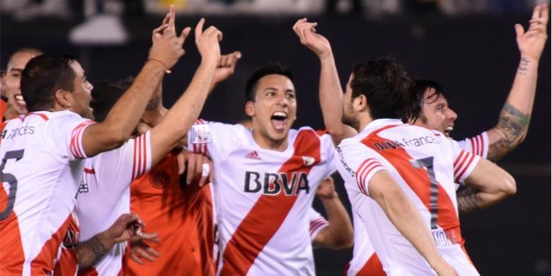 Para pemain klub Argentina, River Plate, merayakan keberhasilan mereka lolos ke final Copa Libertadores setelah bermain imbang 1-1 melawan tim Paraguay, Guarani, pada semifinal leg kedua di Asuncion, Paraguay, Selasa (21/7/2015).