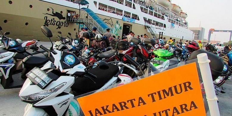 Ribuan pemudik balik ke Jakarta menggunakan KM Dobonsolo gratis yang berlayar dari Semarang, Jawa Tengah, Rabu (22/7). Tahun ini, pemerintah mengangkut sekitar 9.000 orang dengan kapal gratis.