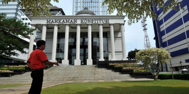 Aktivitas di Mahkamah Konstitusi - Pekerja meyirami rumput taman di halaman gedung Mahkamah Konstitusi (MK), Jakarta, Kamis (31/7/2014). MK akan menggelar sidang perdana Perselisihan Hasil Pemilihan Umum Presiden-Wakil Presiden 2014 pada 6 Agsutus mendatang.
