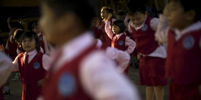 Anak-anak berbaris pada hari pertama masuk sekolah di TK Nurmala Hikmah, Pondok Kelapa, Jakarta Timur, Senin (27/7/2015). Peraturan Menteri Pendidikan dan Kebudayaan Nomor 23 Tahun 2015 tentang Penumbuhan Budi Pekerti berisi antara lain tentang keterlibatan orangtua dalam pendidikan anak. Salah satu hal yang ditekankan adalah kewajiban orangtua mengantar anak ke sekolah pada hari pertama tahun ajaran baru.