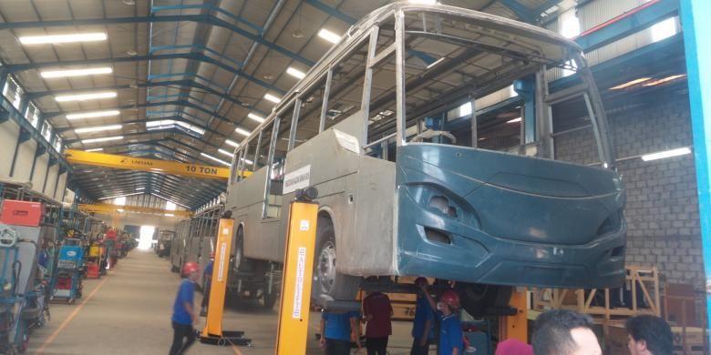 Salah satu bus yang tengah dirakit di pabrik perusahaan karoseri CV Laksana, di Ungaran, Jawa Tengah, Rabu (29/7/2015)