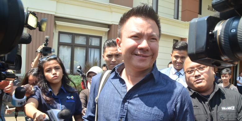 Suami penyanyi rap Denada, fotografer Jerry Aurum diabadikan usai menjalani sidang perceraian dengan agenda pembacaan gugatan cerai, di Pengadilan Agama Jakarta Selatan, Senin (3/8/2015).