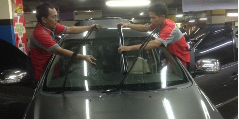 Contoh pemasangan kaca film mobil di gerai Griya Auto Film yang berada di MGK