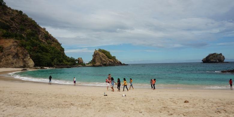 Pantai Koka di Kabupaten Sikka, Pulau Flores, Nusa Tenggara Timur, Senin (2/6/2015).