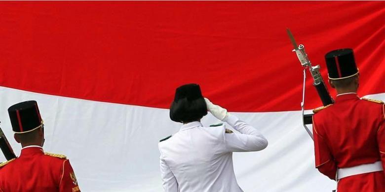 Pasukan Paskibraka bertugas menaikan Bendera Merah Putih dalam Upacara Peringatan Detik-detik Proklamasi HUT ke-70 RI di Istana Merdeka. Gambar diambil Senin (17/8/2015).