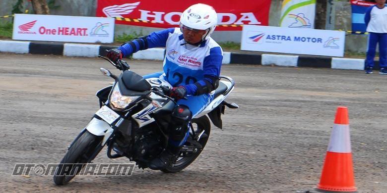 Teknik pengereman sepeda motor, jari tidak ada yang menyentuh tuas saat berkendara.