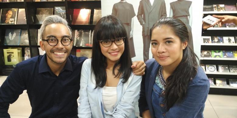 Trio vokal GAC, yang terdiri dari Gamaliel Tapiheru (kiri), Audrey Tapiheru, dan Cantika Abigail (kanan), diabadikan ketika ditemui di kawasan Sarinah, Jakarta Pusat, Rabu (19/8/2015).