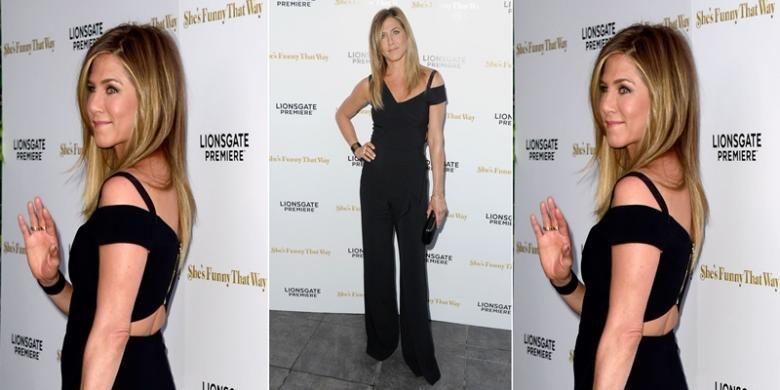 Hadiri pemutaran perdana film Shes Funny That Way, Jennifer Aniston kenakan busana jumpsuit warna hitam yang kasual tapi menebarkan kesan elegan dan formal.
