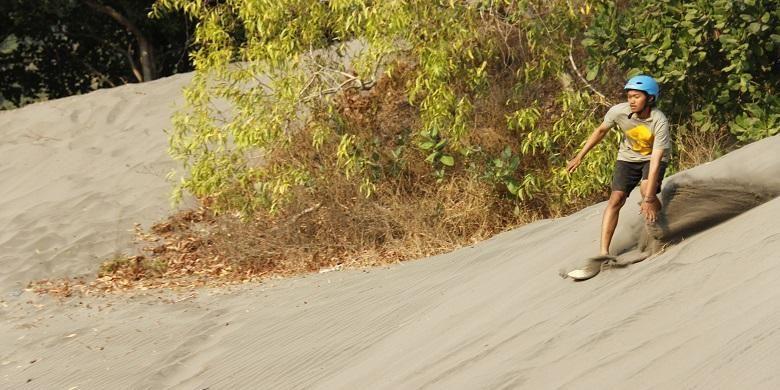 Atraksi wisata berseluncur di atas pasir (sandboarding) gumuk pasir Parangkusumo, Kecamatan Kretek, Bantul, Daerah Istimewa Yogyakarta, Minggu (23/8/2015).