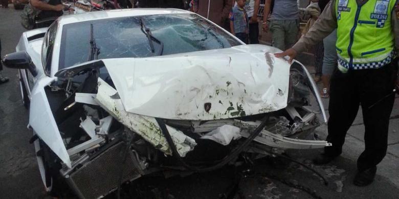 Lamborghini B 8 RBY yang menabrak sepeda motor di Kelapa Gading, Jakarta Utara, Minggu (6/9/2015).