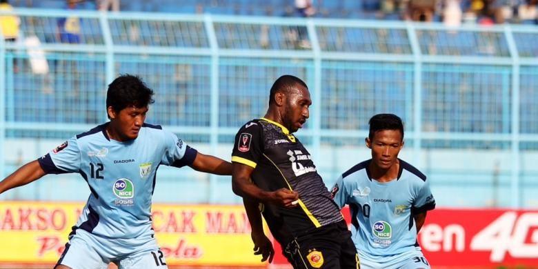 Pemain depan Sriwijaya FC, Patrich Wanggai, diapit para pemain belakang Persela Lamongan pada lanjutan Piala Presiden di Stadion Kanjuruhan Malang, Rabu (9/9/2015) sore WIB.