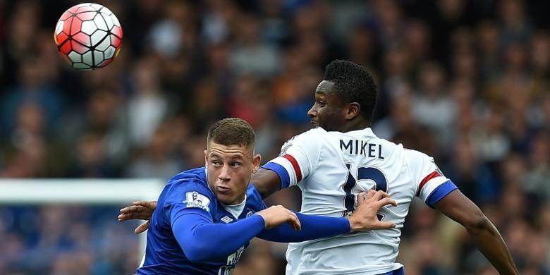 Gelandang Everton, Ross Barkley (kiri) saat duel di udara dengan gelandang Chelsea, John Obi Mikel, pada laga lanjutan Premier League, di Stadion Goodison Park, Sabtu (12/9/2015).