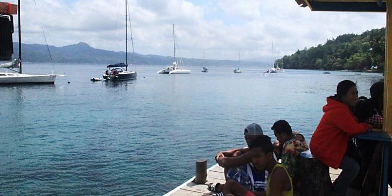 Sejumlah perahu layar yang berpartisipasi dalam Darwin-Ambon Yacht Race and Rally 2015 telah tiba di pesisir Desa Amahusu, Kecamatan Nusaniwe, Kota Ambon, Maluku, Jumat (11/9/2015).
