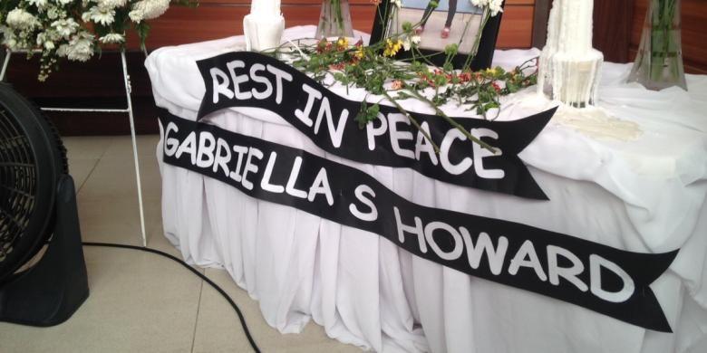 Karangan bunga tanda turut berduka cita atas meninggalnya Gabriella Sheril (8), murid kelas III SD Global Sevilla School saat mengikuti mata pelajaran renang, Kamis (17/9/2015).