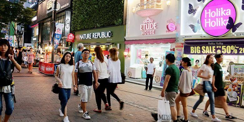 Para wisatawan mulai berbelanja kosmetik di kawasan Myeongdong, Kota Seoul, Korea. Belanja kosmetik kini menjadi salah satu daya tarik.