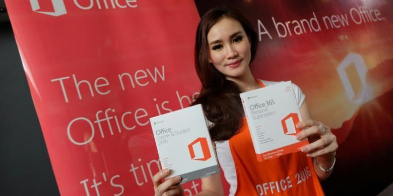 Seorang model menunjukkan kotak penjualan Office 2016