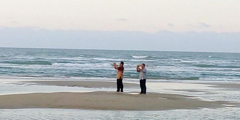 Pengunjung di Pantai Lombang bisa mengabadikan keindahan panorama saat matahari terbenam dari tengah laut ketika air sedang surut. Setiap hari, tidak kurang dari 1.000 pengunjung menikmati pasir yang lembut dan putih untuk melepas lelah sambil merebahkan tubuh di atas pasir.