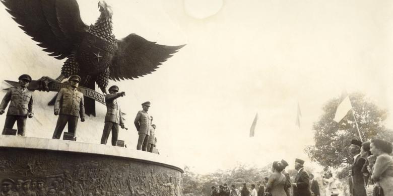 Suasana pada peringatan Hari Kesaktian Pancasila tahun 1989. Monumen Pancasila Sakti dibangun di kawasan Lubang Buaya, Jakarta Timur, di dekat sumur maut yang dijadikan tempat pembuangan mayat para perwira tinggi TNI AD korban pembunuhan pada awal Oktober 1965. Pelaku pembunuhan adalah prajurit-prajurit TNI AD menyusul peristiwa G30S yang terus menjadi kontroversi hingga sekarang. Setiap tahun di depan monumen tersebut dilaksanakan upacara bendera Hari Kesaktian Pancasila.