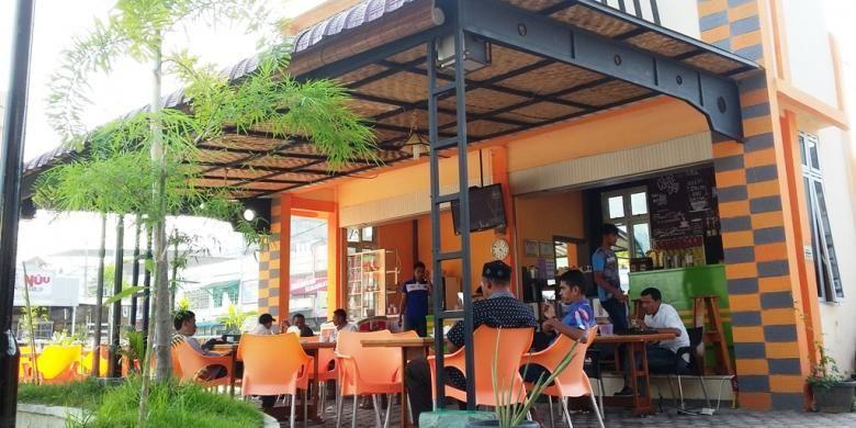 Penikmat kopi menyesap kopi di Taman Simpang Legos, Kota Lhokseumawe, Aceh, Jumat (2/10/2015). Area itu menawarkan aneka kopi Gayo dari dataran tinggi Gayo, Aceh.