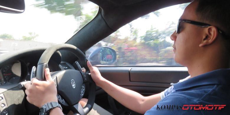 Perwakilan dari KompasOtomotif yang sedang berada di balik kemudi Maserati GranTurismo MC Stradale.