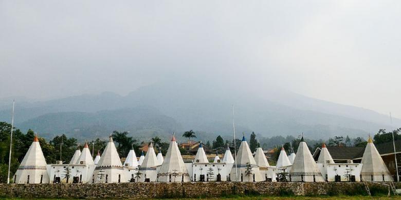 Suasana di kompleks Apache Camp di The Highland Park Resort-Hotel Bogor. Resor wisata ini menawarkan suasana glamorous camping (glamping) atau berkemah mewah dan wah, salah satu tren dunia wisata alam yang sedang digandrungi warga perkotaan.