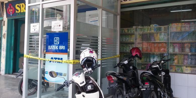 ATM BRI yang dibobol di Kota Bireuen, Aceh, masih dipasang police line. Selasa (13/10). DESI