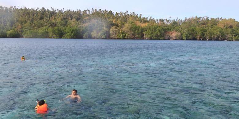 Wisatawan snorkeling di salah satu tempat menyelam di Pulau Bunaken, Manado, Sulawesi Utara.