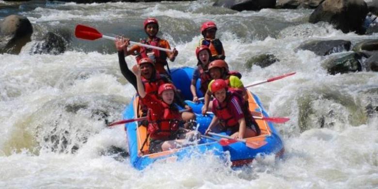 Menaklukkan arus deras Sungai Serayu. (Tribun Jateng/Muh Radlis)