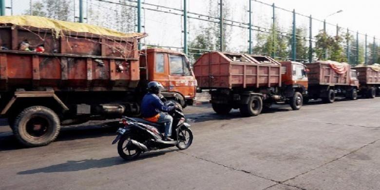 Sekitar 150 truk sampah penuh muatan terpaksa parkir di Unit Pengelola Sampah Terpadu Dinas Kebersihan DKI Jakarta, Sunter, Jakarta Utara, Rabu (4/11).