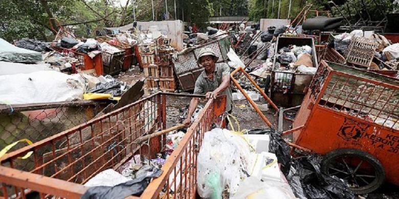Gerobak-gerobak bermuatan sampah menumpuk di Tempat Pembuangan Sementara (TPS) Kebon Baru, Tebet, Jakarta Selatan, Selasa (3/11).