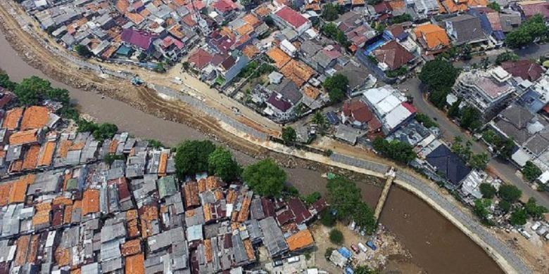 Pemasangan turap dan pembetonan salah satu sisi Sungai Ciliwung di Bidaracina, Jakarta Timur, Rabu (11/11). Sebagian warga masih menempati lahan di pinggiran sungai dan belum dipindahkan. Pemerintah Provinsi DKI Jakarta mengebut proyek revitalisasi sungai untuk menghadapi musim hujan.