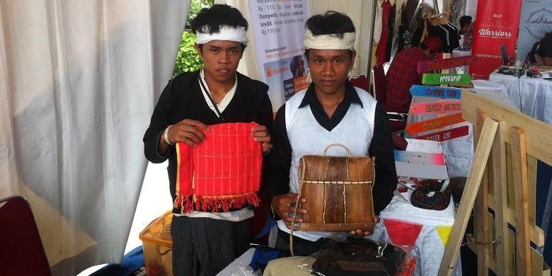 Dua orang Suku Baduy, Eka dan rekannya menunjukkan hasil kerajinan yang dijual di pameran wisata Ïndie Travel Mart 2015 di Cilandak Town Square, Jakarta, Jumat (13/11/2015). Wisatawan dapat membeli aneka kerajinan tangan seperti gelang, kalung, kain, cangklong, dan baju kurung yang dibawa oleh Suku Baduy di pameran tersebut.