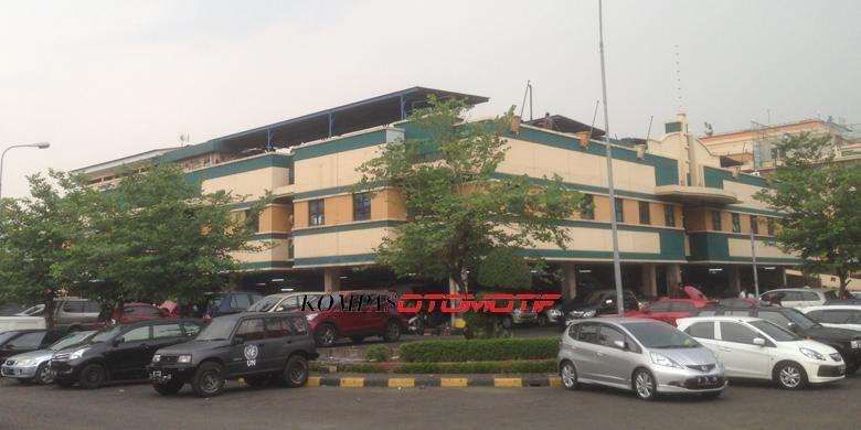 ITC Duta Mas Fatmawati yang dikenal sebagai sentra onderdil dan aksesori mobil.