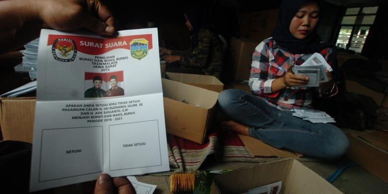 Penyortir tengah memeriksa surat suara calon tunggal Kabupaten Tasikmalaya di Gedung PGRI setempat, Senin (23/11/2015).