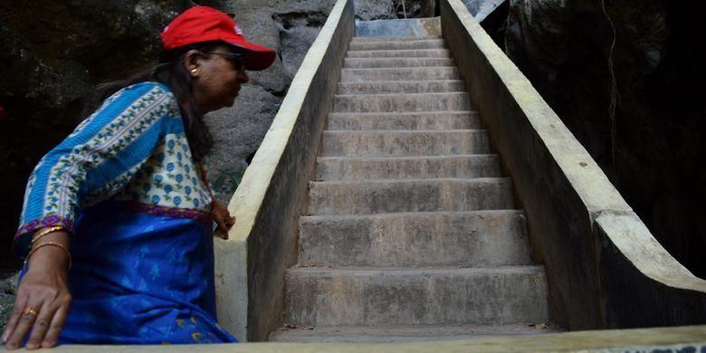 Seorang wisatawan mancanegara asal India menaiki tangga di obyek wisata Goa Batu Cermin, Desa Batu Cermin, Kecamatan Labuan Bajo, Manggarai Barat, Nusa Tenggara Timur, Rabu (18/11/2015). Pada obyek wisata Goa Batu Cermin, terdapat tangga yang memudahkan wisatawan untuk menjelajah.