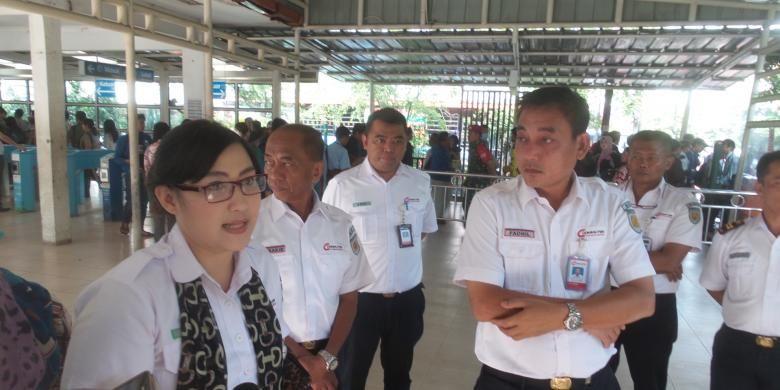 Direktur Utama PT KAI Commuter Jabodetabek (KCJ) Muhammad Nurul Fadhila (kanan) didampingi Manajer Komunikasi Eva Chairunisa, di Stasiun Tebet, Senin (30/11/2015)