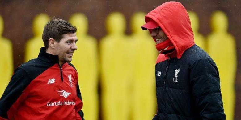 Steven Gerrard berbicara dengan Juergen Klopp pada sesi latihan Liverpool, Senin (30/11/2015).