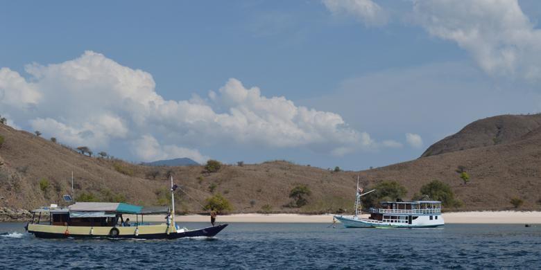 Dua buah kapal yang membawa wisatawan ke Pulau Komodo, Kecamatan Komodo, Manggarai Barat, Nusa Tenggara Timur tampak sedang membuang jangkar, Kamis (19/11/2015).