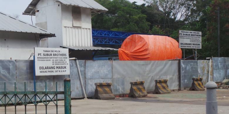 Lokasi outlet sodetan Ciliwung-KBT dipasangi plang oleh pemilik lahan. Tahan di sisi outlet itu masih belum dibebaskan. Kamis (3/12/2015)