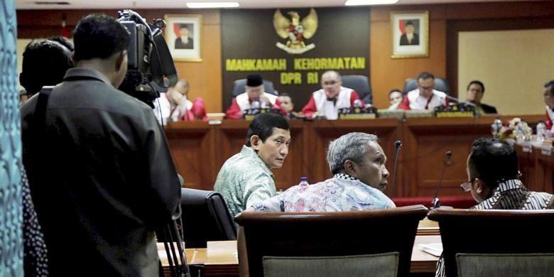 Direktur Utama PT Freeport Indonesia Maroef Sjamsoeddin hadir memberi keterangan pada sidang lanjutan perkarabpencatutan nama Presiden dan Wakil Presiden, di Mahkamah Kehormatan Dewan, Gedung MPR DPR, Jakarta, Kamis (3/12/2015). Saat memberi keterangan itu ia mengaku telah menyerahkan telepon gengam yang digunakan untuk merekam kepada penyidik Jaksa Agung Pidana Khusus di Jakarta pada Rabu (2/12) malam.