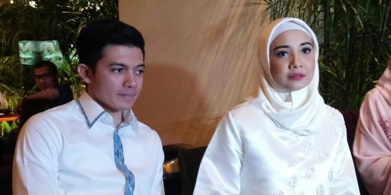 Zaskia Sungkar (kanan) dan Irwansyah (kiri) ambil bagian dalam konferensi pers film Harim di Tanah Haram, di Epicentrum Walk XXI, Jakarta Selatan, Jumat (4/12/2015) malam.