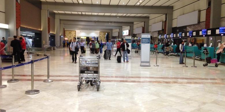 Suasana Terminal 2F Bandara Soekarno-Hatta, Tangerang, Minggu (6/12/2015). Sekitar pukul 16.00 WIB hingga pukul 18.00 WIB, pendingin ruangan sepanjang Terminal 2 ini mati sehingga penumpang dan petugas kepanasan di dalam terminal.