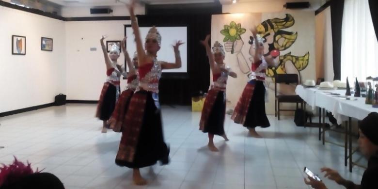 Sejumlah pelajar saat melakukan tarian jaipong dalam kegiatan Seminar Hak Kekayaan Intelektual Budaya Tradisonal Alsa Care and share 2015 Fakultas Hukum Unpad di Dago Tea House, Kota Bandung, Minggu (13/12/2015).