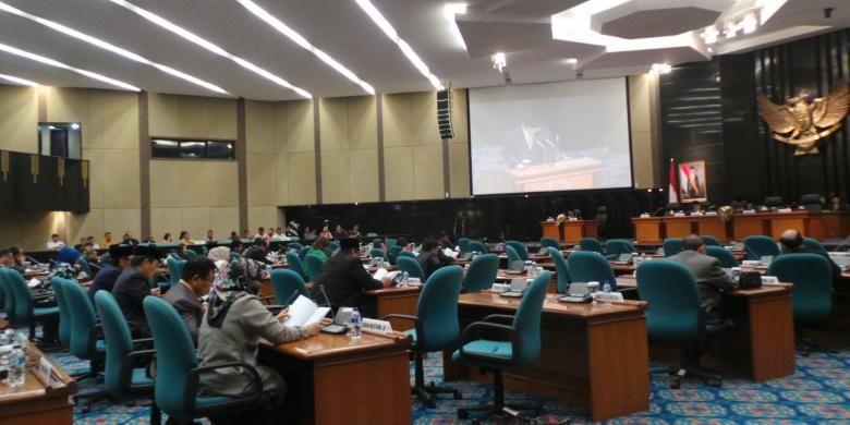 Rapat paripurna DPRD DKI atas jawaban Gubernur DKI terhadap pemandangan fraksi DPRD atas nota keuangan dan RAPBD 2016, di gedung DPRD DKI, Sabtu (19/12/2015).