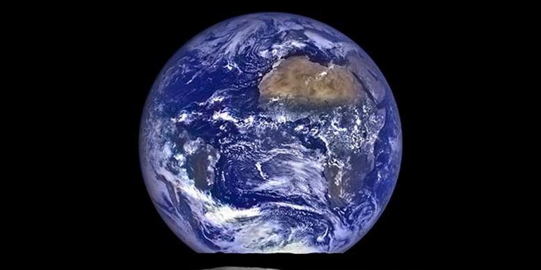 Foto Bumi yang terlihat seolah terbit dari balik permukaan Bulan