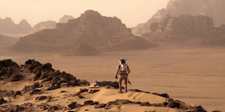 Adegan saat astronot Mark Watney mencoba bertahan di Planet Mars.
