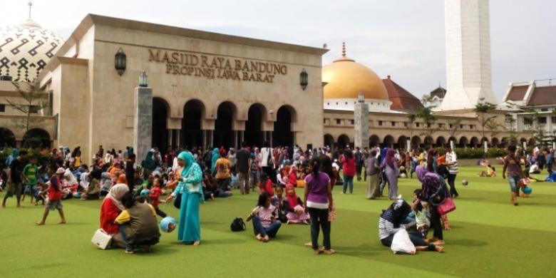 Ratusan warga saat duduk dan menikmati suasana Taman Alun-alun Kota Bandung, Senin (28/12/2015). Di tengah keindahannga, faktor kebersihan taman menjadi ancaman kesehatan bagi warga.