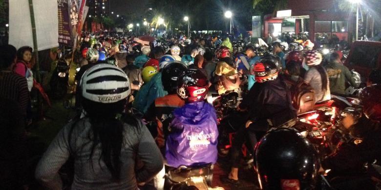 Puluhan ribu pengunjung Ancol Taman Impian antre untuk keluar dari kawasan Ancol, Jumat (1/1/2016) pukul 02.25 WIB. Hujan dengan intensitas sedang turut mengguyur kawasan Ancol dan para pengunjung.